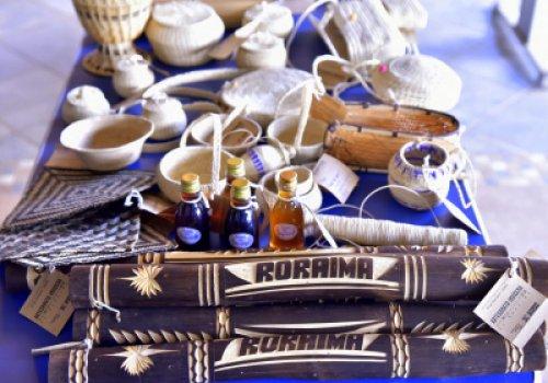 RAÍZES BRASILEIRAS   Artesãos indígenas apresentam peças em…