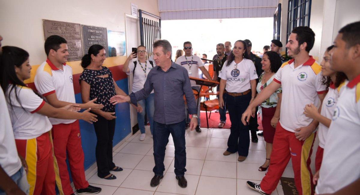 Governo inicia entrega das novas carteiras escolares por Rorainópolis