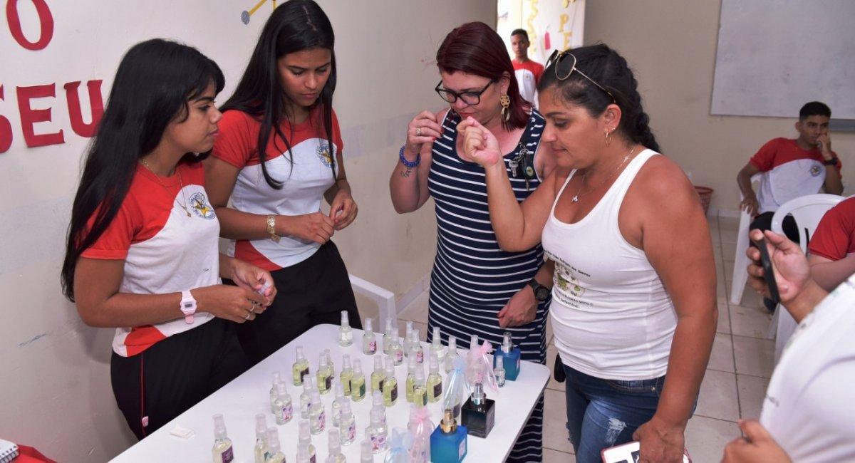 FEIRA DE CIÊNCIAS | Essência da perfumaria na Amazônica é um dos projetos apresentados na IX edição da Feira de Ciências da Escola Major Alcides