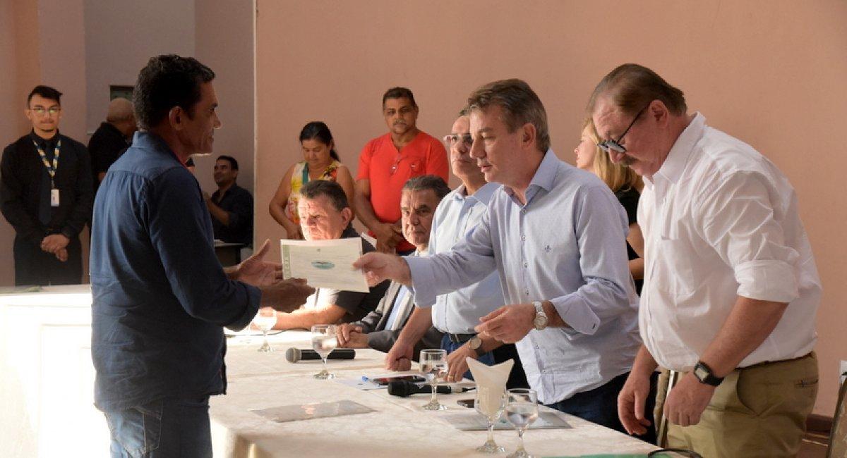 PALÁCIO DA CULTURA   Governador participa de entrega de 153 títulos de terra e CCU's