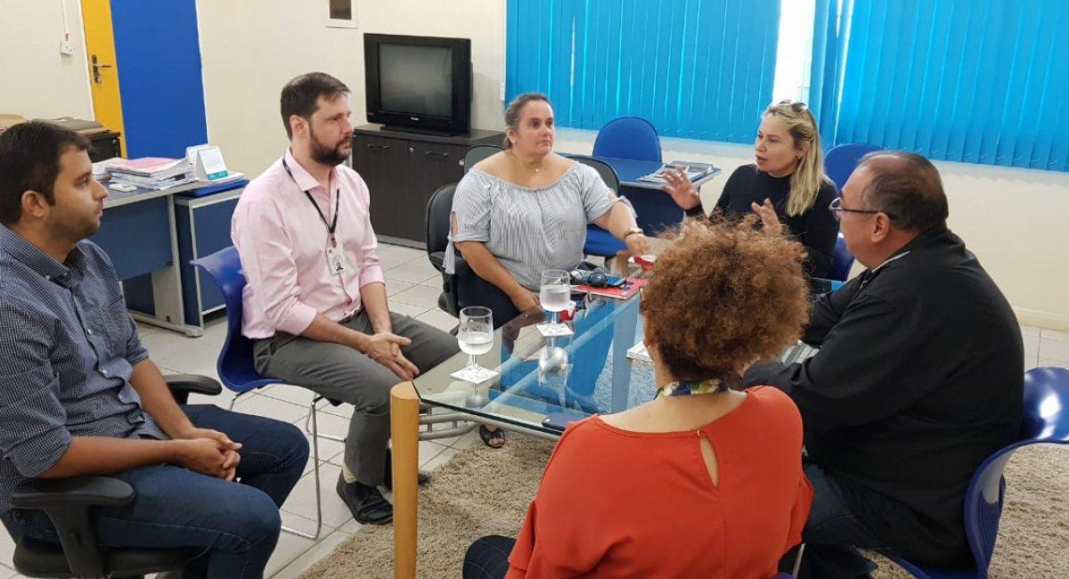 LIBRAS E PORTUGUÊS | Educação implantará escola bilíngue para deficientes auditivos