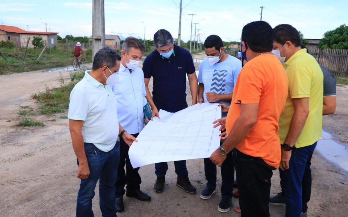 MAIS INFRAESTRUTURA   Governador assina ordens de serviço para pavimentar ruas e construir pontes em Caroebe